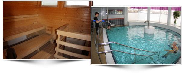 Vasemmalla sauna, jossa kolme laudetta sekä kiuas aidan suoja-aidan takana. Oikealla uima-allas, jossa yksi ihminen vesivoimistelemassa ja fysioterapeutti ohjaa voimistelua altaan reunalta.