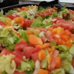 Paljon värikästä salaattia tarjolla ruoka-astiassa.