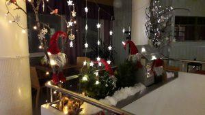 Jouluvaloilla ja tontuilla koristeltu sisäänkäynti.