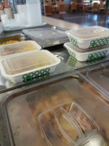 Kotiinkuljetuspakkauksiin pakattuja lounasruoka-annoksia ravintola Syreenin linjastolla.