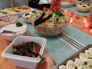 Monenlaista eriväristä ja erilaista salaattia tarjolla noutopöydässä.
