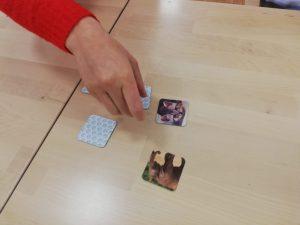 Pöydällä muistipeli, jota pelataan.
